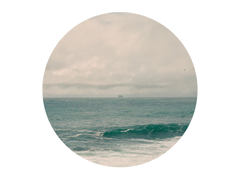 A circular photo of a sea and horizon surrounded by a white box.