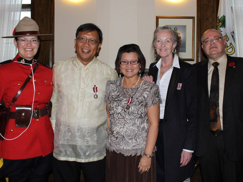 Cesar Cala & Marichu Antonio receive the Queen's Jubilee Medal from Senator Elaine McCoy