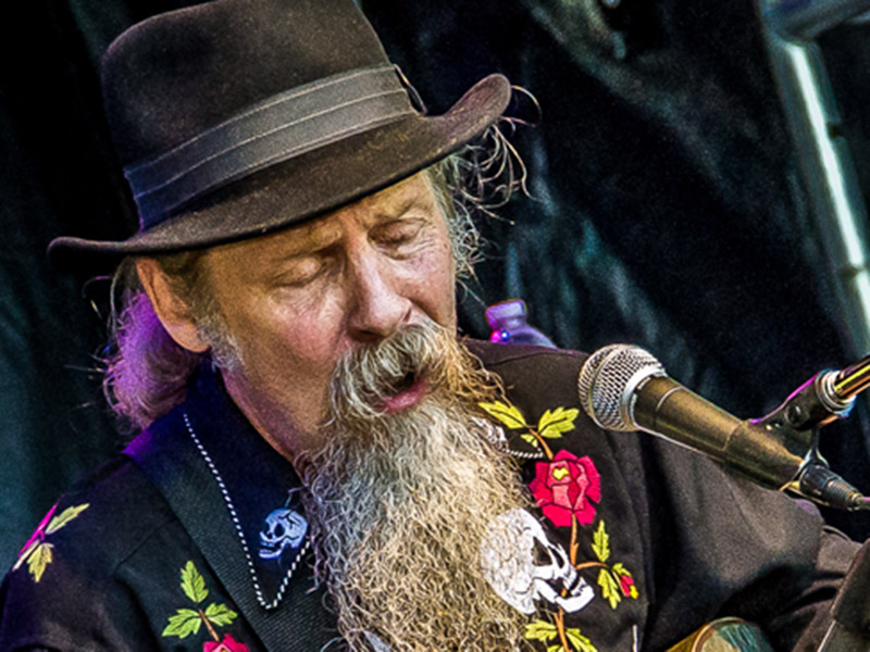 A photo of Doc Maclean performing